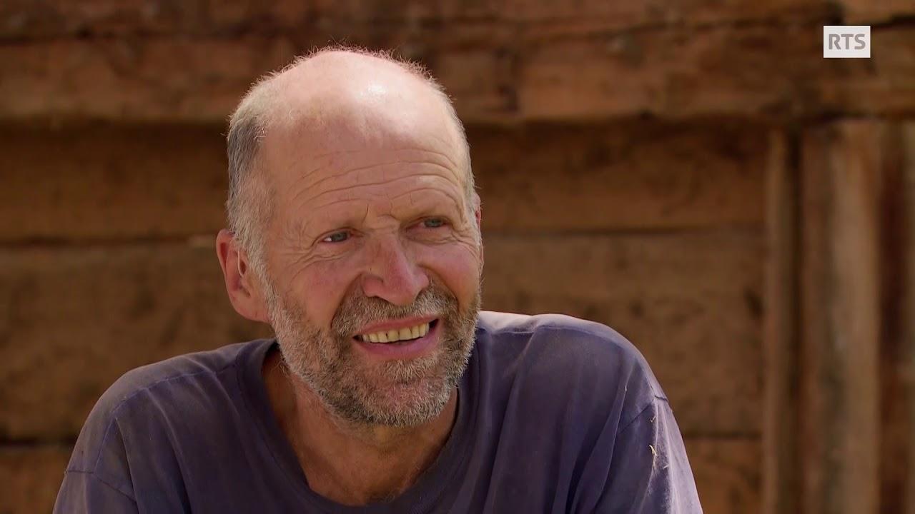 Documentaire Bernard, sauveur de greniers ou le sauvetage de vieux greniers promis à la démolition