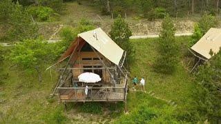 Documentaire Camping : les cabanes en pleine nature sont-elles vraiment écolos ?