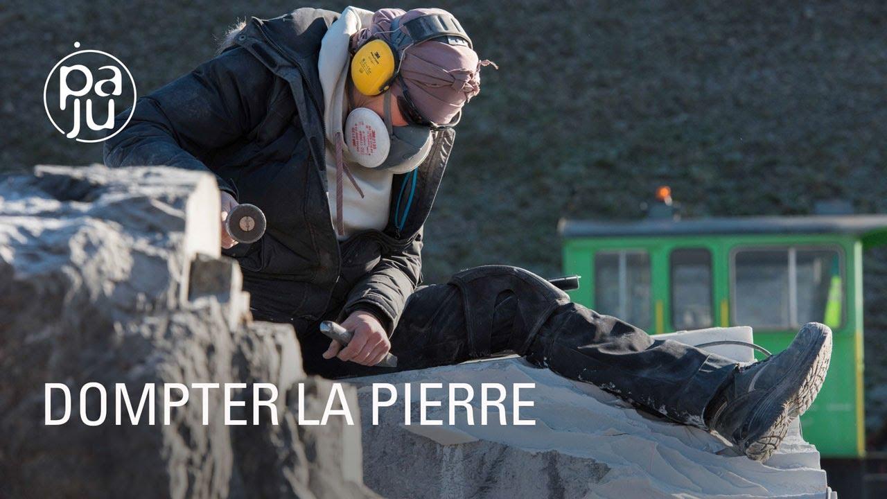 Nathalie sculpte des blocs de pierre massifs pour en faire des créations aériennes
