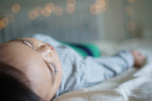 Cinq astuces pour aider votre bébé à trouver le sommeil et à bien dormir