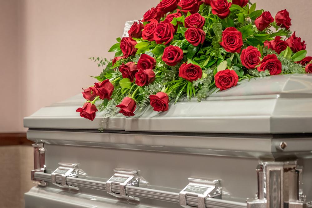 Quelles fleurs choisir en fonction des saisons pour décorer une tombe ?