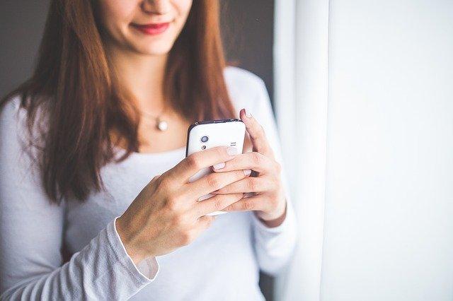Est-il possible de voir des photos secrètes sur un autre téléphone ?