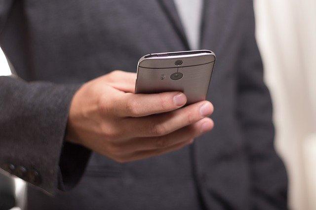 Est-il possible de consulter les SMS d'un autre portable  ?
